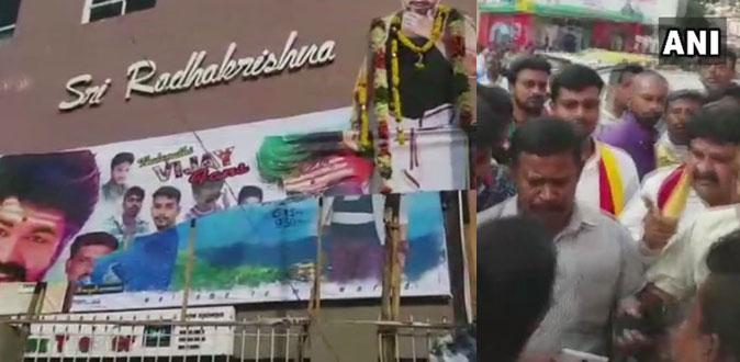'மெர்சல்' படத்திற்கு எதிர்ப்பு - விஜய் ரசிகர்கள் மீது தாக்குதல்!