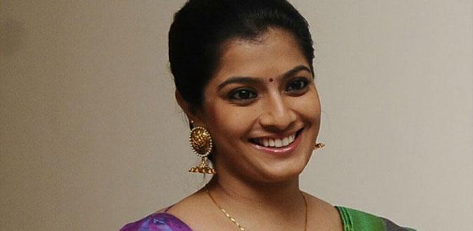 துணை முதல்வரை சந்தித்த நடிகை வரலட்சுமி சரத்குமார்!